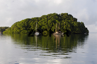 Segelboote ankern vor Insel, Fidschi