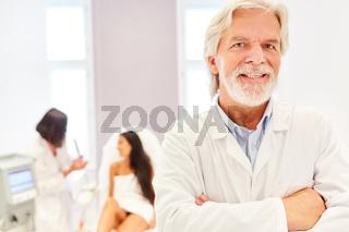 Freundlicher Facharzt für plastische Chirurgie