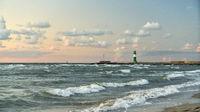 Leuchtturm an Küste der Ostsee abends am Meer