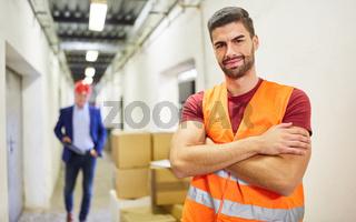 Arbeiter als Lagerist im Warenlager einer Spedition