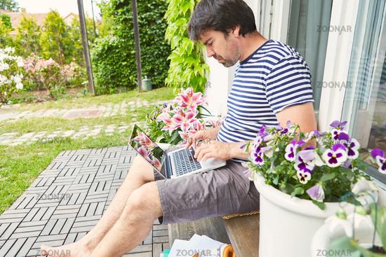 Programmierer am Laptop Computer auf der Terrasse