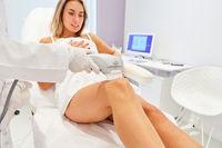 Frau wird mit Ultraformer am Oberschenkel behandelt