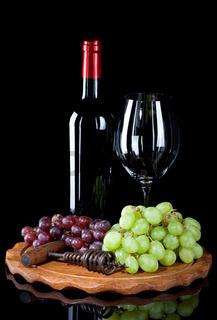 Flasche Wein mit Glas und Weintrauben