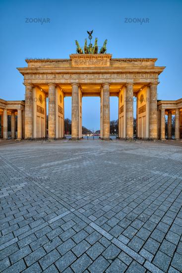 Das Brandenburger Tor in Berlin in der Morgendämmerung