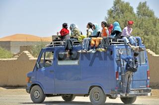 überfüllter Schulbus, Merzouga, Marokko, Afrika