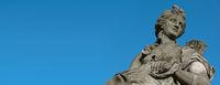 Frauenstatue vor blauem Himmel im Panoramaformat