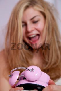 Junge Frau entsetzt mit Wecker