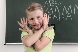 Schülerin lernt Alphabet