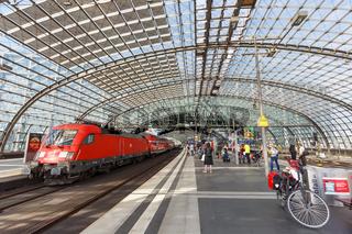 Regionalbahn Lokomotive Berlin Zug Bahn im Bahnhof Hauptbahnhof Hbf in Deutschland