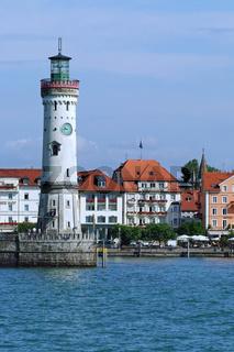 Der Leuchtturm am Hafeneingang von Lindau am Bodensee
