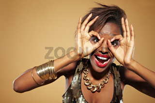 Afrikanerin schaut durch Finger
