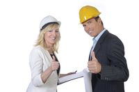 Architekt und Architektin lächeln, Daumen hoch