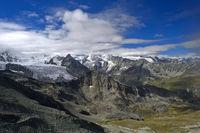 Alpine Landschaft mit Gipfel und Gletscher im Val d'Anniviers, Zinal, Wallis, Schweiz
