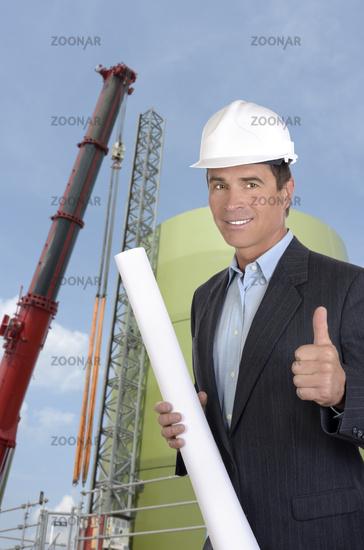 Architektin auf Baustelle Daumen hoch