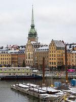 Uferpromenade von Gamlatan mit Riddarholms Kirche im Hintergrund - Stockholm