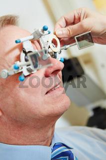 Mann mit Messbrille beim Optiker