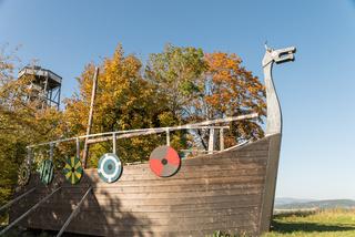 Wikingerschiff und Aussichtsturm über dem Donautal - Austria