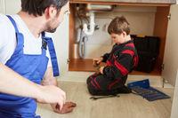 Vater und Sohn als Heimwerker in der Küche
