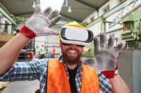 Arbeiter in Virtual Reality Simulation mit VR-Brille