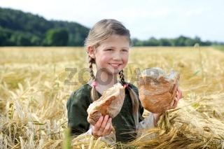 Mädchen mit Brot im Kornfeld