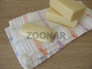 Unhygienische, alte, verunreinigte, zum Händewaschen benutzte Seife mit Rissen und Verschmutzungen