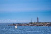 Blick von der Insel Merdø auf Leuchttürme vor der Stadt Arendal in Norwegen