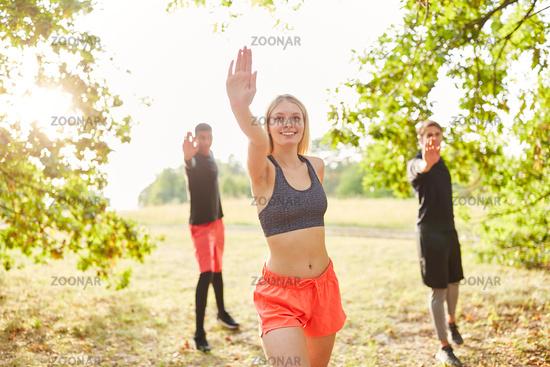 Gruppe junger Leute hat Spaß bei Tanzgymnastik