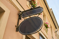 Ovales Vintage Firmenschild an Gebäude als Mock-Up