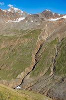 Blick hinunter auf das Hochjochhospitz, im hintergrund der Gipfel des Sennkogels, Ötztal, Österreich