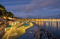 Der Hafen von San Sebastian bei Nacht