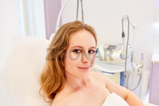 Patientin im Kosmetikstudio oder beim Hautarzt
