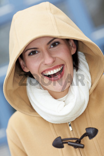 Lachende Frau mit Kapuze im Winter