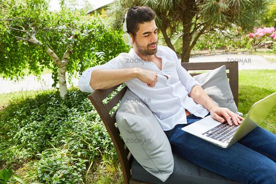 Freelancer beim Videochat am Laptop Computer