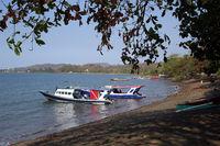 Tauchboote liegen am Strand vor Anker