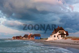 Heiligenhafen an der Ostsee im Abendlicht mit dramatischem Himmel
