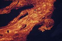 Lava wälzt sich den Berg hinunter
