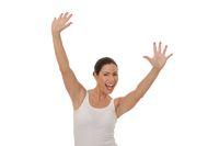 Frau im weißen Top reisst die Arme hoch
