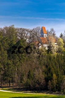 Einsame Kirche im Wald bei Poettmes, Bayern, Deutschland