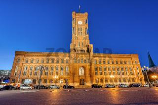 Das berühmte Rote Rathaus bei Nacht
