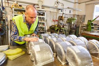 Metallarbeiter kontrolliert Qualität von Produktion