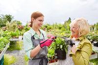 Floristin bei der Beratung einer Kundin im Gartencenter