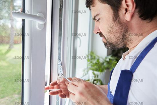 Fensterbauer justiert sorgfältig ein Fenster