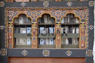 Fenster mit Aktenordnern, Dzong, Trashiyangtse, Ost Bhutan