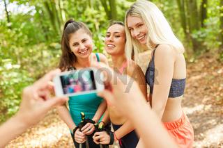 Hände mit Smartphone fotografieren Frauen