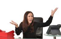 Frau am Schreibtisch schreit
