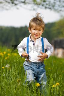 Kleiner Junge in einer Wiese