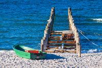 Buhne und Boot an der Ostseeküste bei Zingst auf dem Fischland-Darß