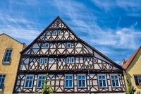 kyritz, deutschland - 03.06.2020 - historische häuserzeile mit fachwerkhaus