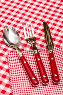 Rotes Besteck im Restaurant auf einer Serviette
