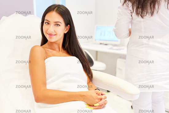 Junge Frau im Kosmetikstudio oder im Nagelstudio